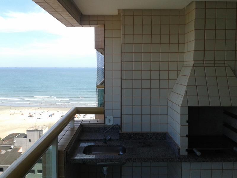 barbecue sur le balcon avec vue sur la mer.