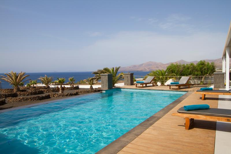 Very private Villa Luna Mar, great location, magnificent sea views&infinity pool, vacation rental in Puerto Calero