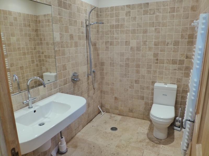 El cuarto de baño mojado en la planta baja