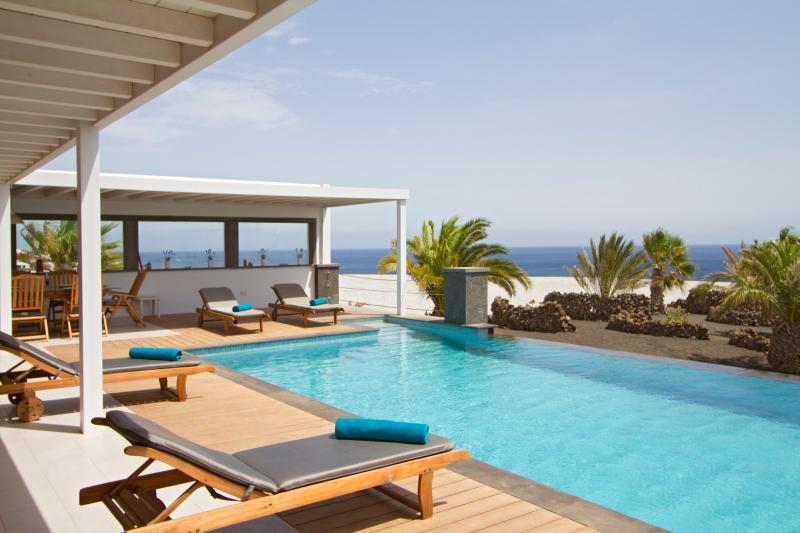 splendida terrazza e piscina a sfioro