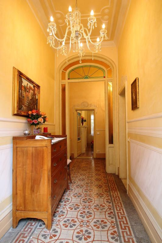 Entrance hall with trompe l'oeil marble walls