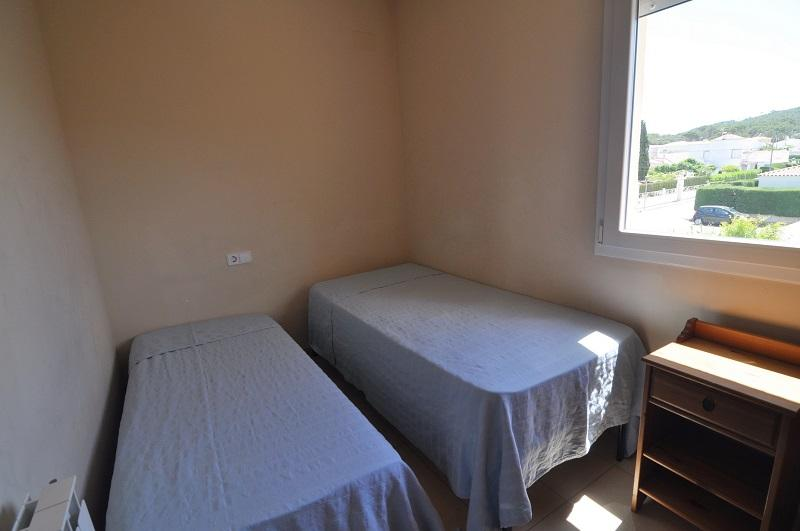 Room 3, with 2 single beds.