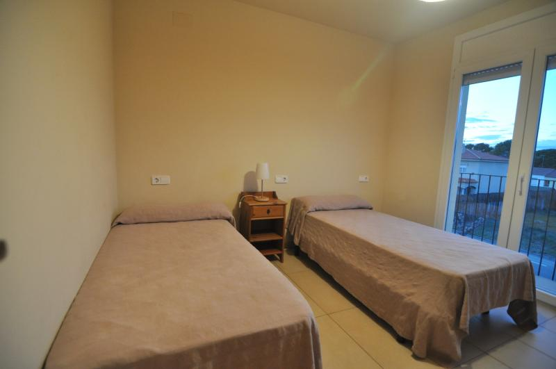 Room with 2 single beds 1