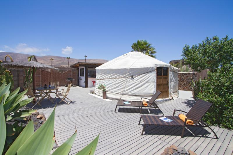 Beautiful Eco Yurt, Garden/Shower/Kitchen, Pool, next to Sandy Beach, incl Car – semesterbostad i Arrieta
