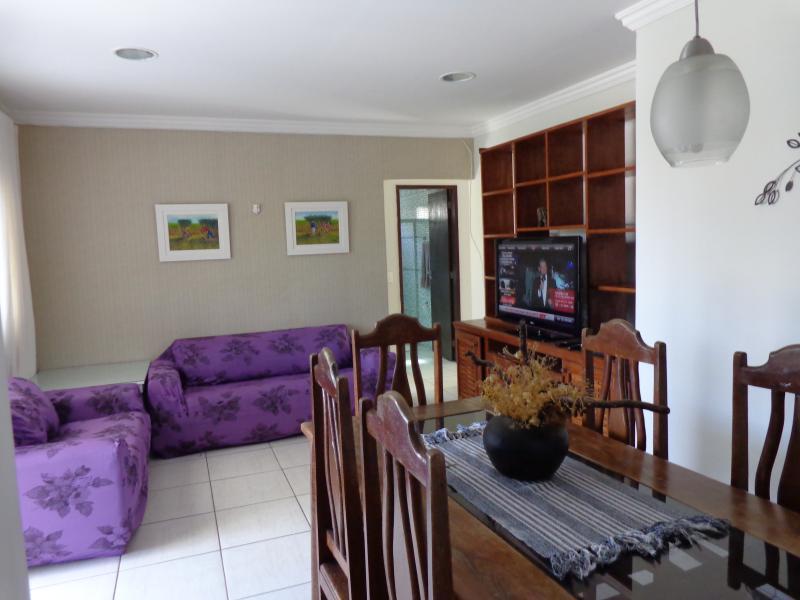 Estylish and charming Dinning and living room. Estilosa e charmosa sala de jantar/estar.