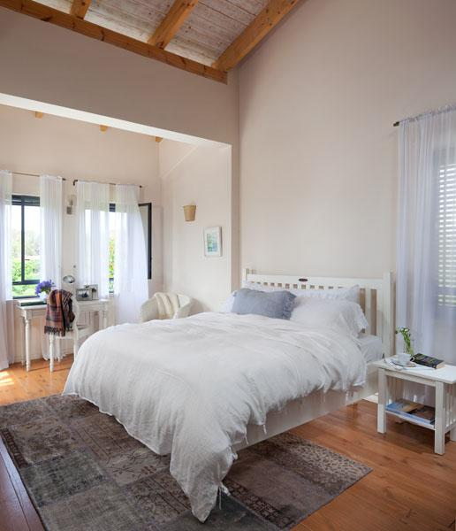 Master bed room overlooking the orange groves. Wake up with the fresh scent of the citrus blossom.