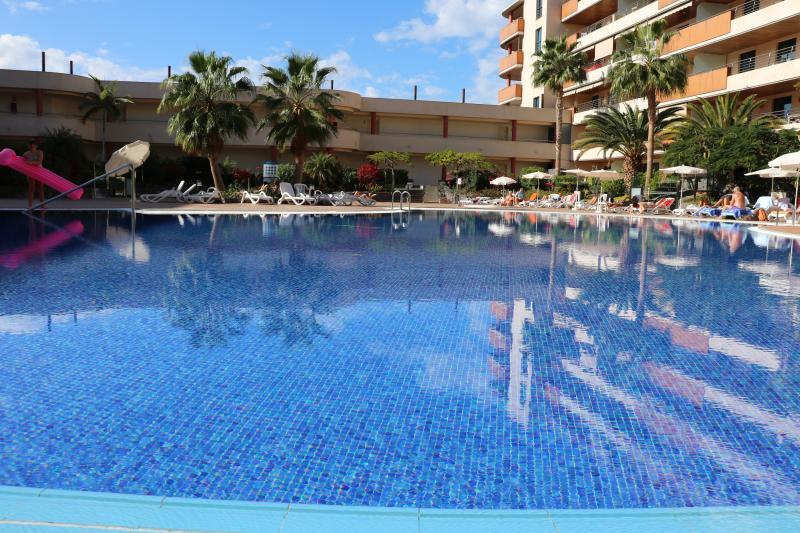 Zona de piscina con jacuzzi climatizado