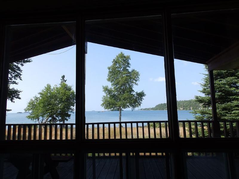 Lago Superior vista a través de la ventana / delantera de la sala