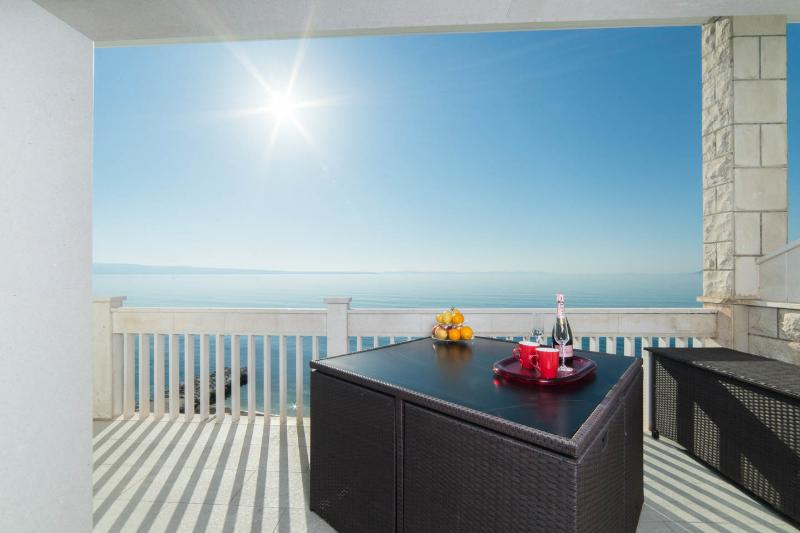 PRIVATE BEACH APARTMENT, vacation rental in Podstrana