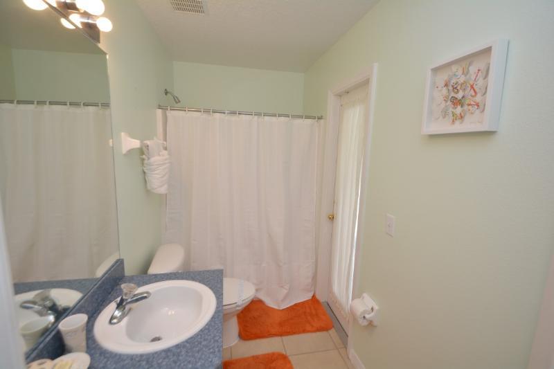 3 bagno con doccia sopra.
