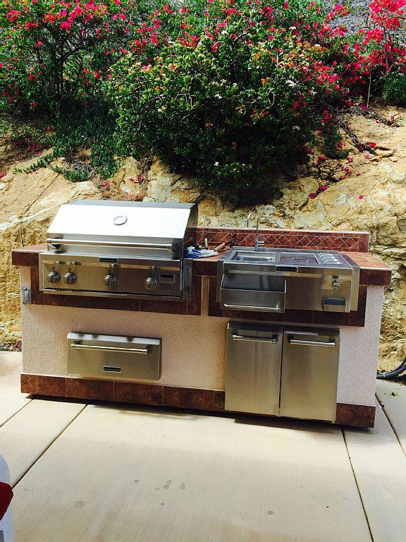 Gas barbecue with all the accessories right next to the hot tub.