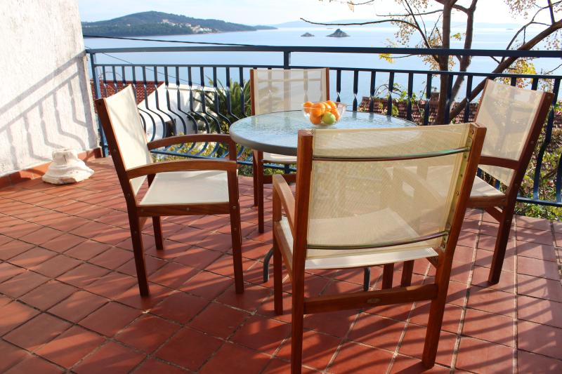 Zdenka's place by the sea, holiday rental in Seget Vranjica