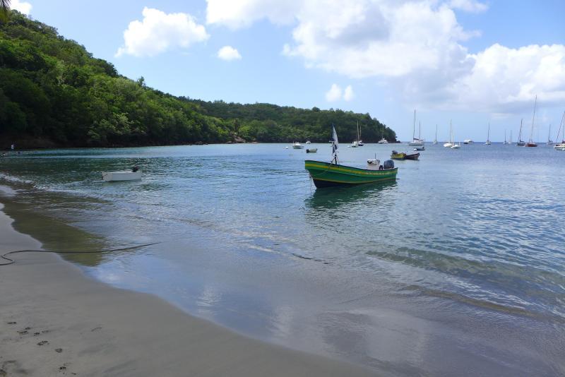 barque au repos et calme plat sur la belle plage de Grande Anse