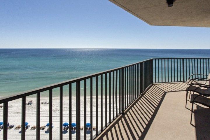 Una vista mozzafiato da questo avvolgono balcone!