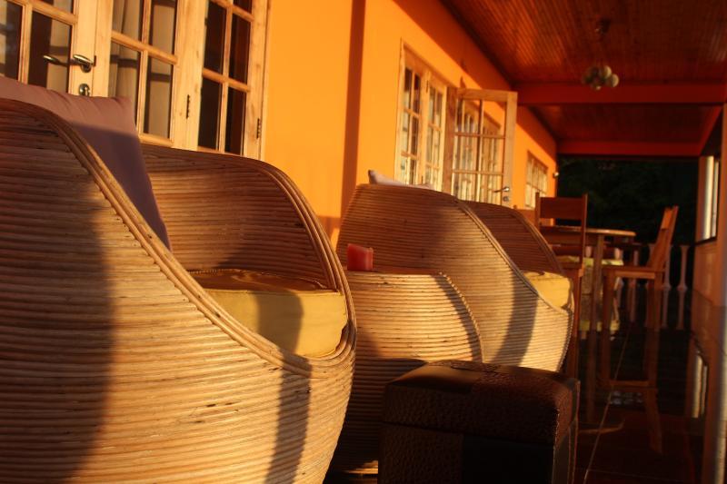 reflektion av soluppgången på verandan