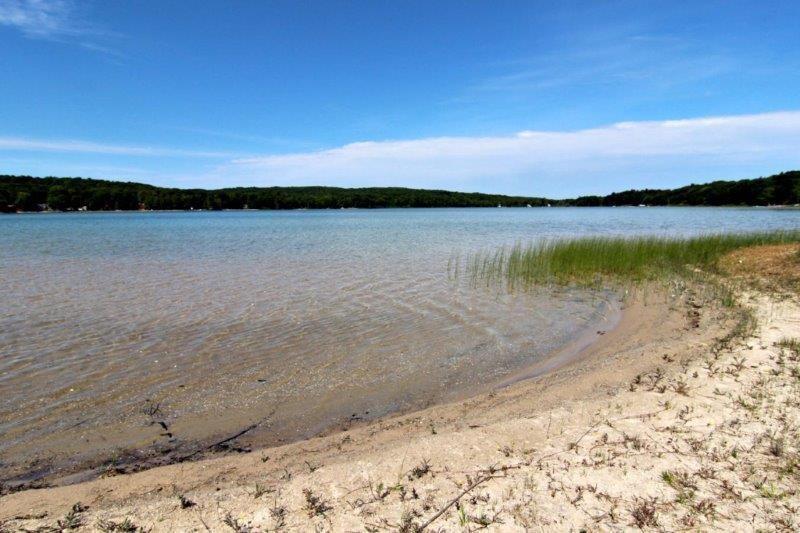Beau long lac en l'honneur