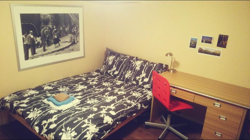 Nuovo letto matrimoniale può ospitare comodamente due. Nuovo materasso e biancheria in cotone 100%