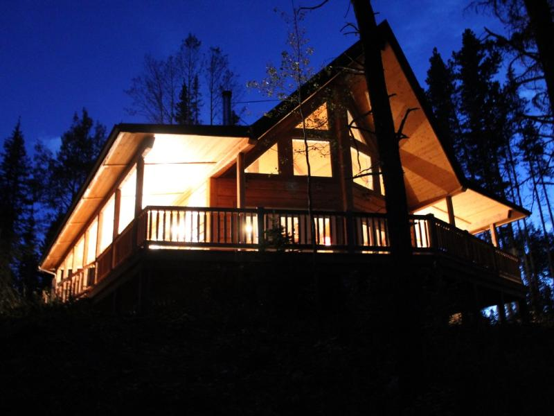Experience the inviting ambiance and charm of this rustic mountain hideaway, vakantiewoning in Clearwater County