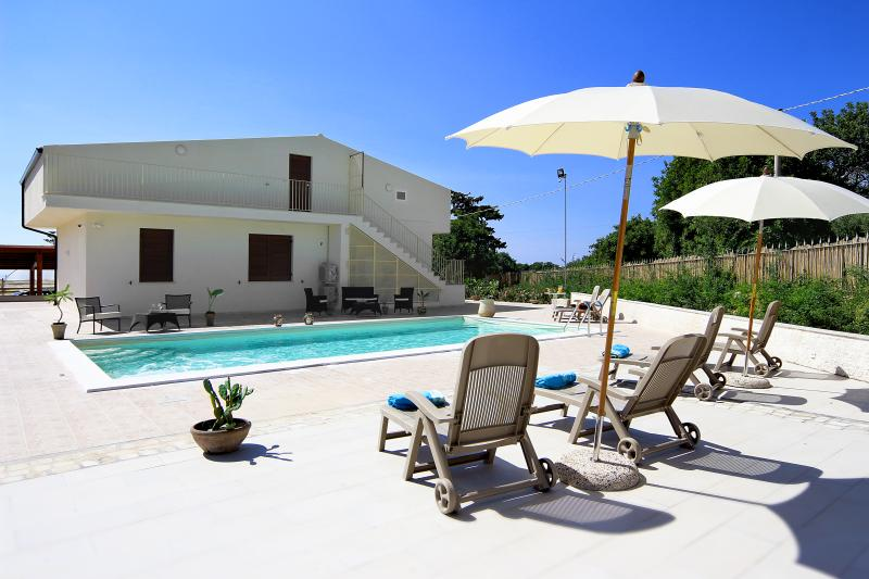 Villa Ciuridda with pool wifi bbq garden privacy, 3km from the beach of Sampieri, casa vacanza a Scicli