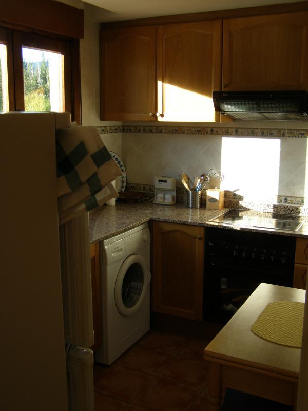 Cocina totalmente equipada con lavado, vitroceramica y vistas al río Alcala y Montañas.