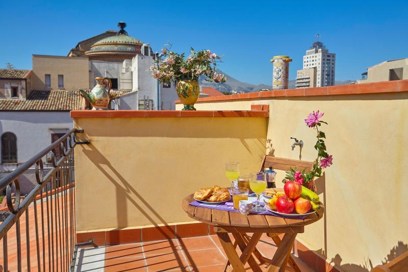 Desayuno en pequeña terraza