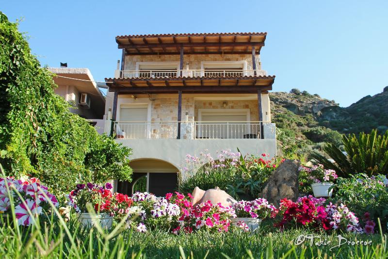 Villa Omega- Beachfront Apartment, vacation rental in Agia Pelagia
