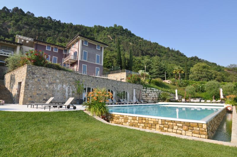 Luxury apartment with pool, lake view and garden, location de vacances à Salo