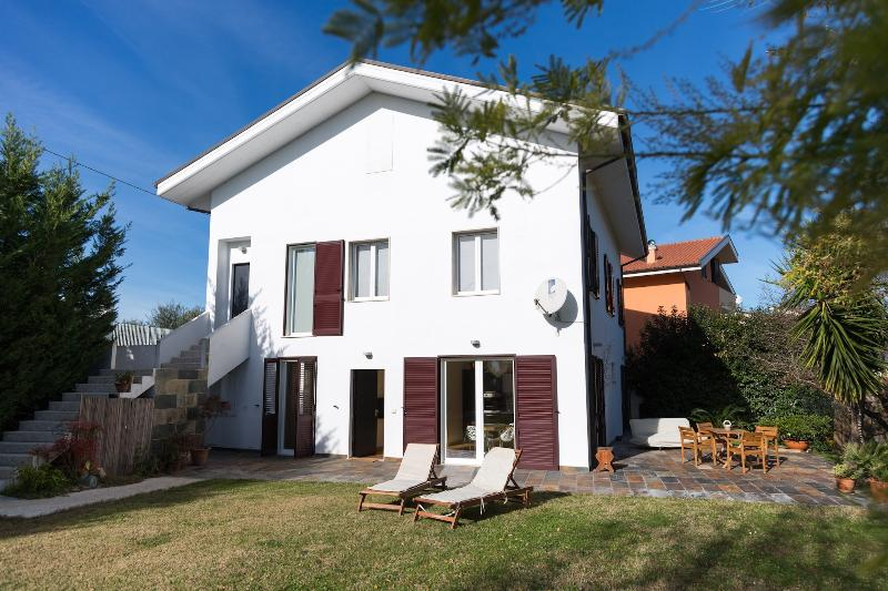 Guest House  LE ACACIE  villa vicino Pescara, vacation rental in Spoltore