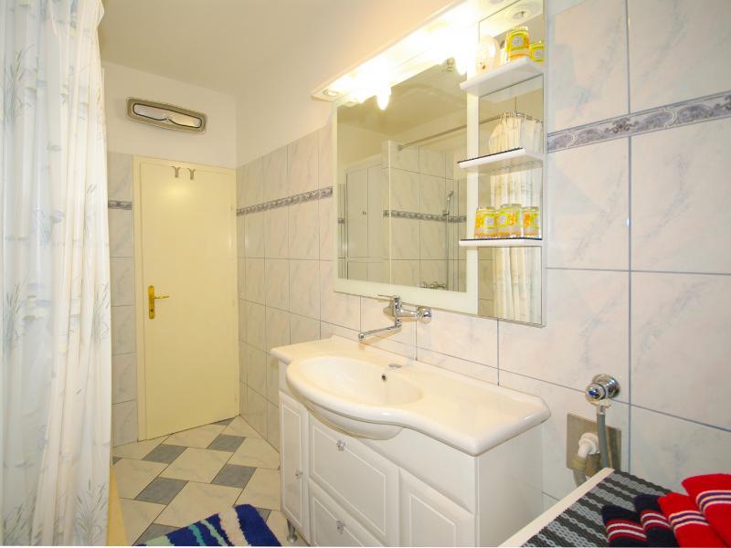 Ita (4): bathroom with toilet
