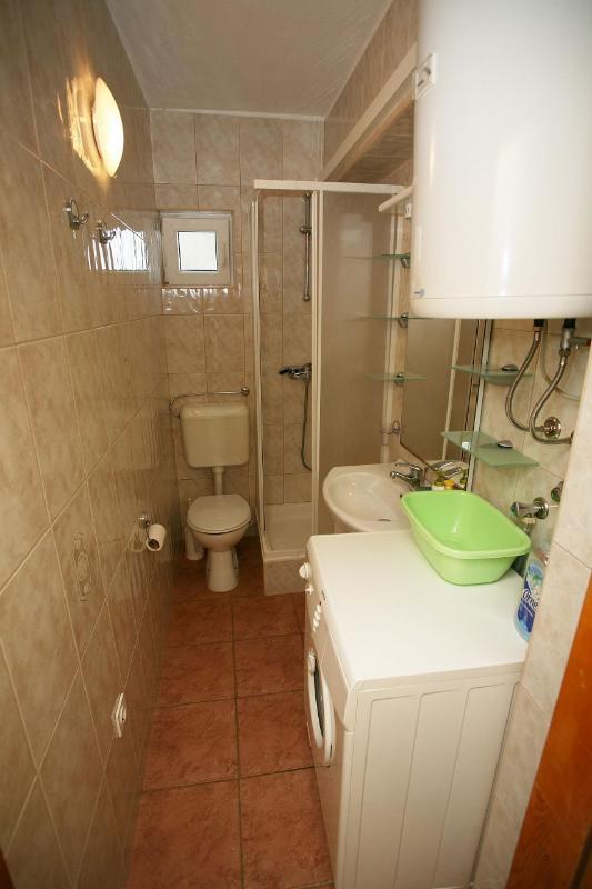 Nela 2 (4): baño con inodoro.
