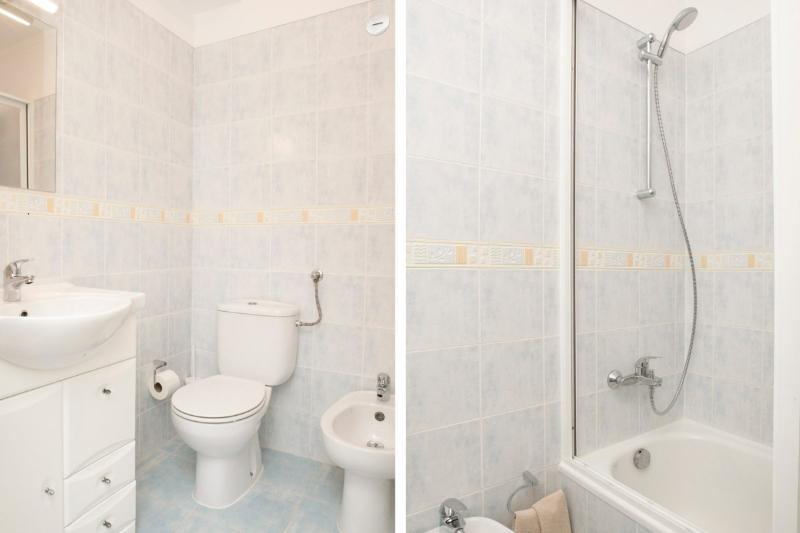 Bathroom with bathtub and shower next to the twin bedrooms