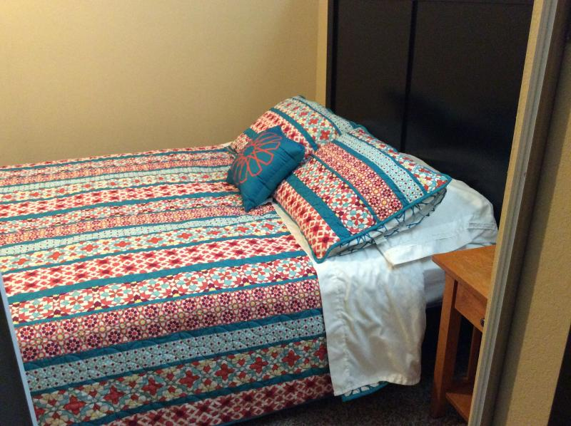 bedroom furnished with queen size bed