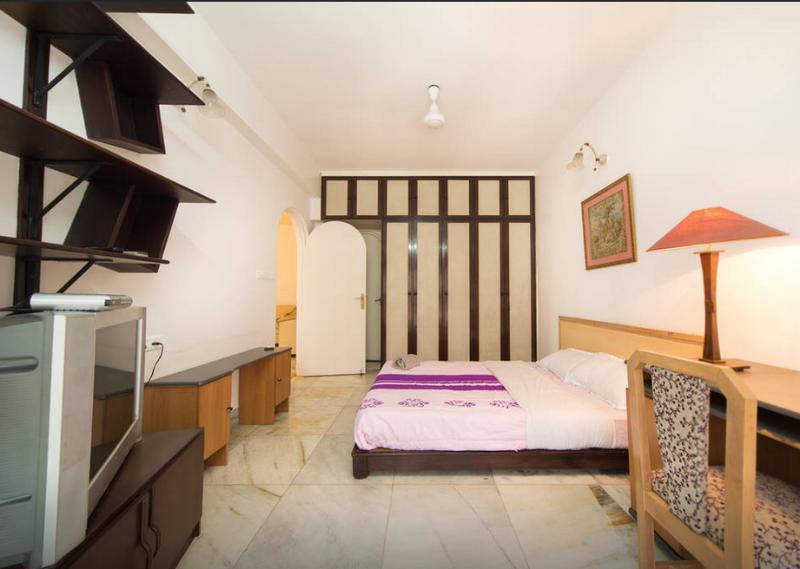 La decoración acogedora espaciosa y moderna en su habitación.