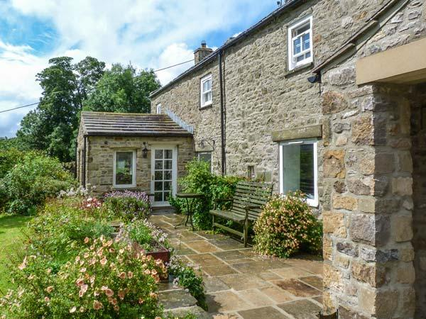 OLD POST OFFICE, character cottage, open fires, ideal for a family, in Reeth, holiday rental in Grinton