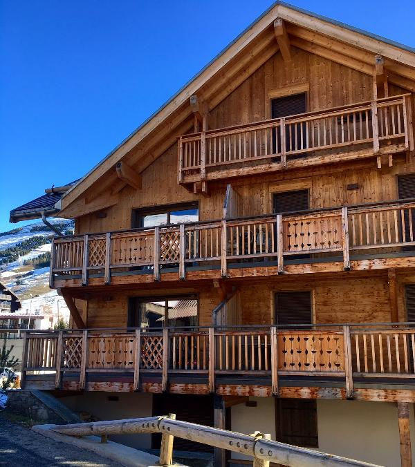 Les Chalets Babar: west side view