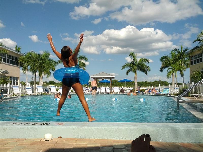Desfrute da sua estadia em nossa piscina exclusiva e grande águas costeiras.