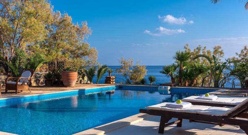 ★Beachfront Luxury Villa South Crete★ BBQ & 500m to Restaurants! Private beach., location de vacances à Makry-Gialos