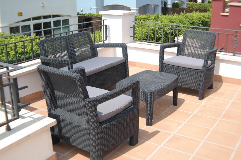 Rooftop patio / solarium for sunset drinks