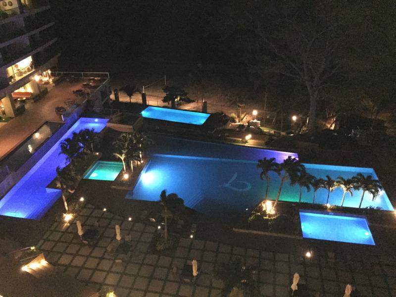 Área de la piscina por la noche, vista desde el balcón