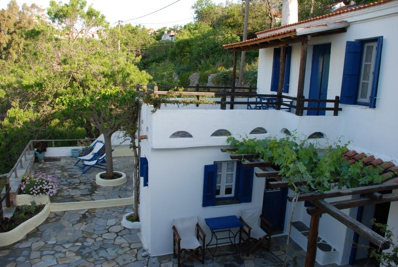 Elias House - Traditional Greek village house, vacation rental in Alonnisos