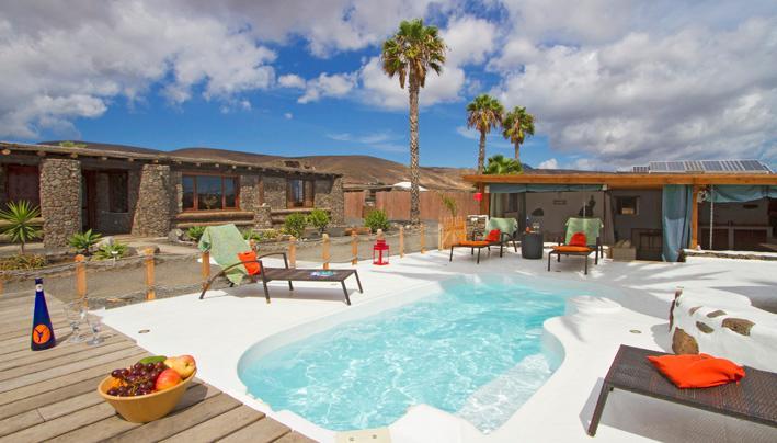 Zonne-energie verwarmd zwembad en zwembad kant lounge
