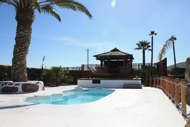 Prive-zwembad en bamboe dineren hut
