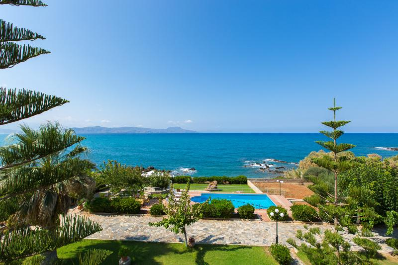 ★Private Beach★Large Villa Katerina w/ Private Pool, also ideal for Weddings!, holiday rental in Kato Valsamonero