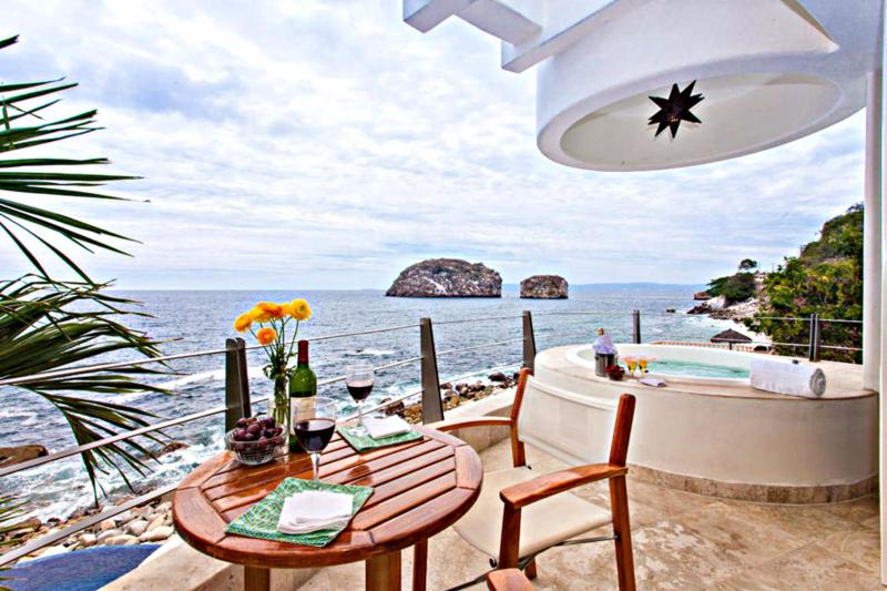 Luxury Oceanfront Villa with Full Staff, alquiler de vacaciones en Puerto Vallarta