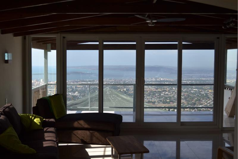 Balcony 2 Bed Apt shared Pool, Degicel TEL:4566516, location de vacances à Kingston Parish