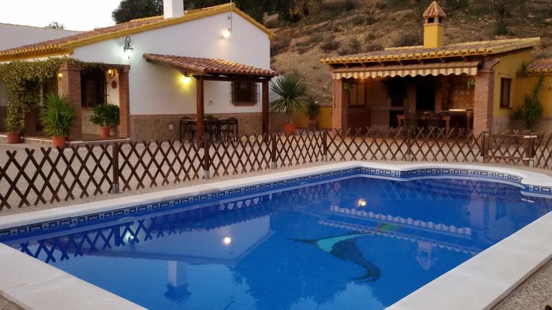 Vista panorámica de la piscina, casa y zona exterior.