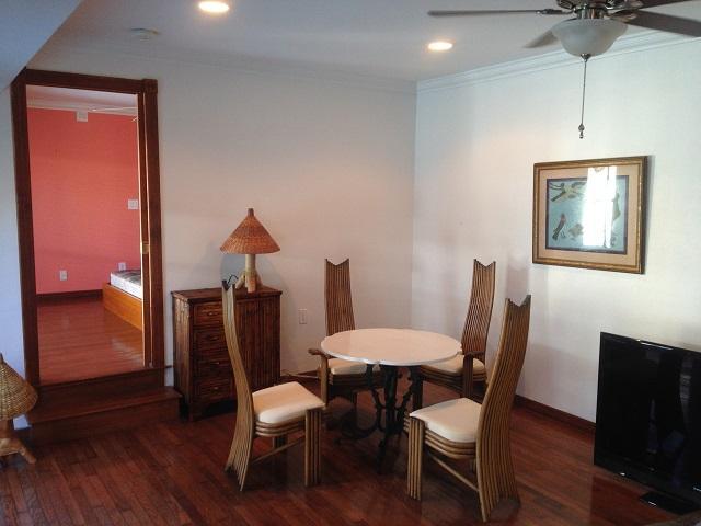 Comedor - mesa de mármol y muebles de bambú.