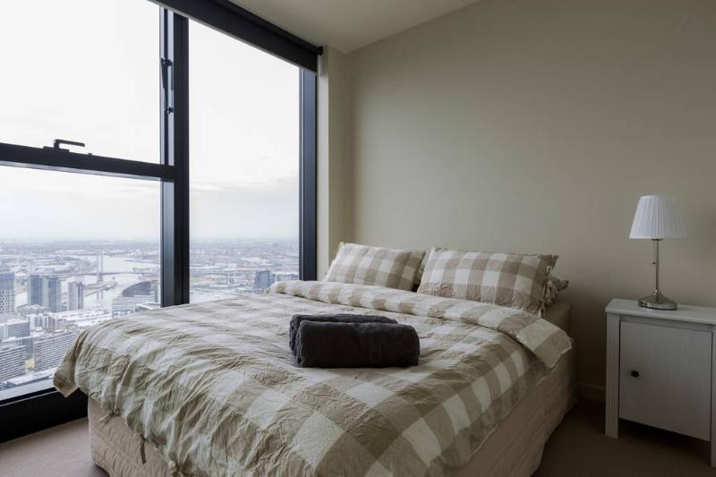 Una camera da letto con un letto queen size & soffici cuscini.