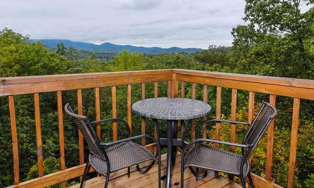 Hightop Haven, stunning mountain view and conveniently located to Dollywood and Smoky Mountain.