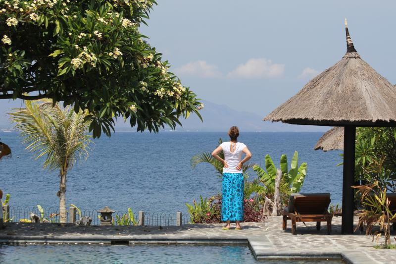 Vanaf het strand huis terras en pooldeck met uitzicht op de Bali Zee